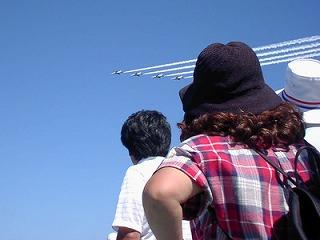 戦闘機を見上げる人々